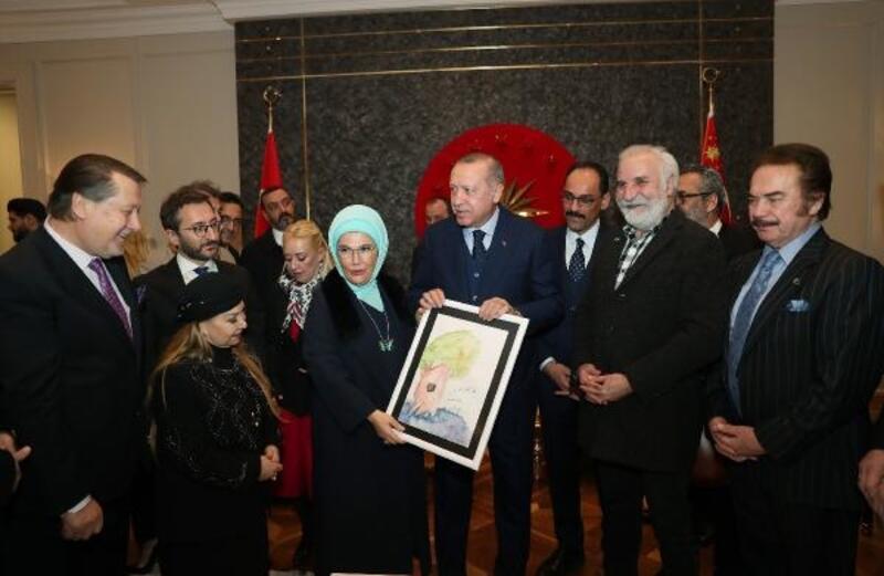 Sanatçılardan Cumhurbaşkanı Erdoğan'a Havalimanında doğum günü sürprizi