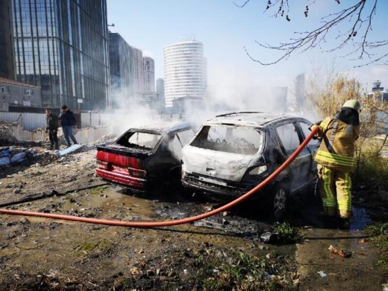 Kadıköy'de 2 otomobil alev alev yandı