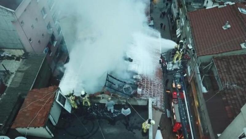 Gaziosmanpaşa'da binanın çatısı alev alev yandı