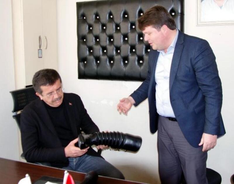 Zeybekci'ye Ödemiş ziyaretinde körüklü çizme hediye edildi