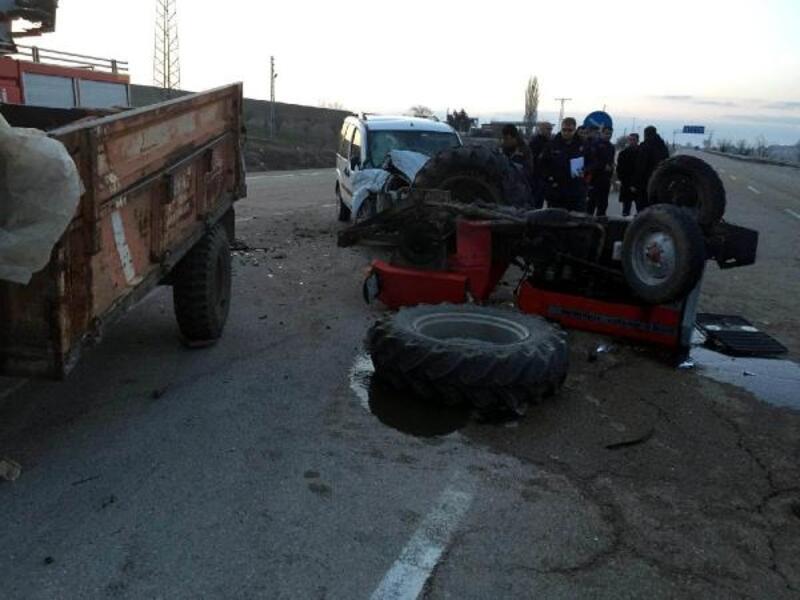 Kırıkkale'de traktör ile hafif ticari araç çarpıştı: 3 ağır yaralı