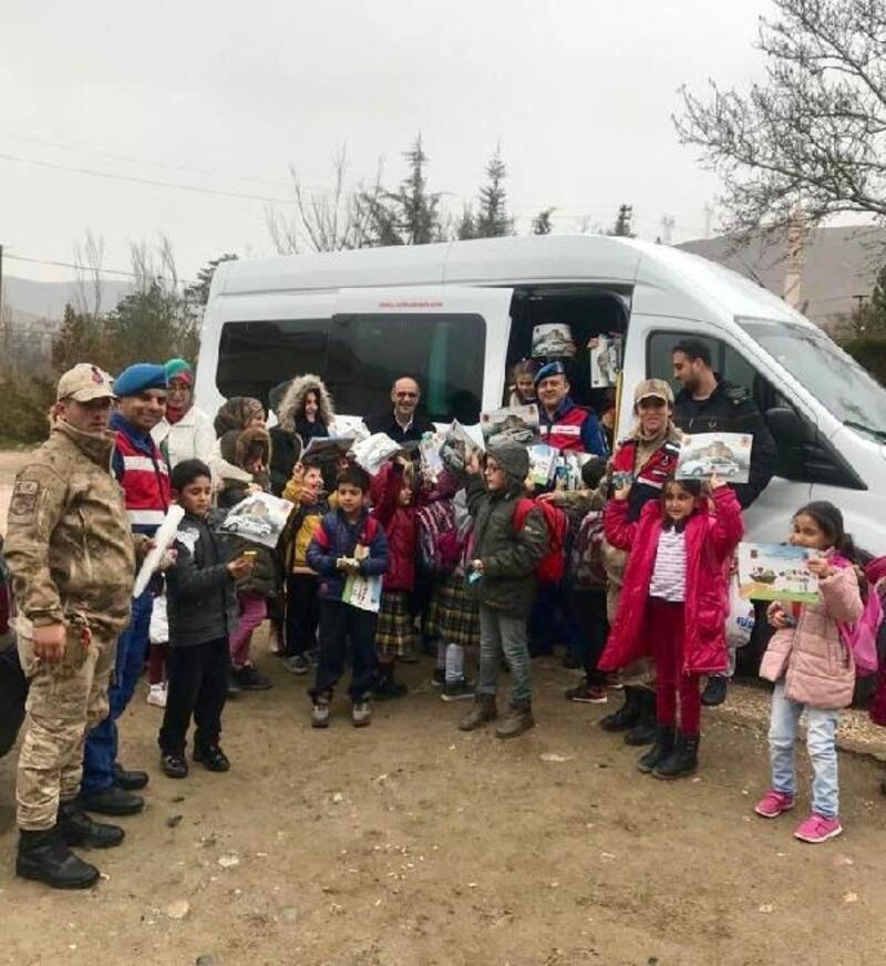 Jandarma, öğrenci ve velileriyle okul servislerini denetledi