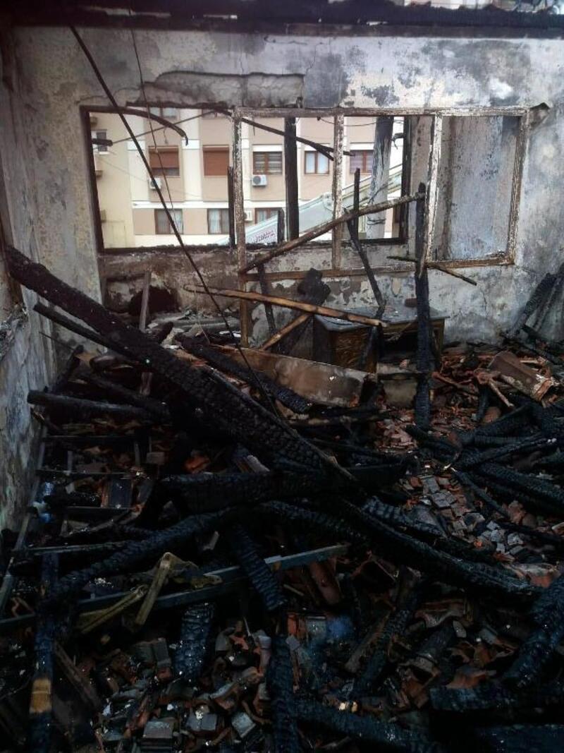 Elektrik kontağından çıkan yangında ev zarar gördü