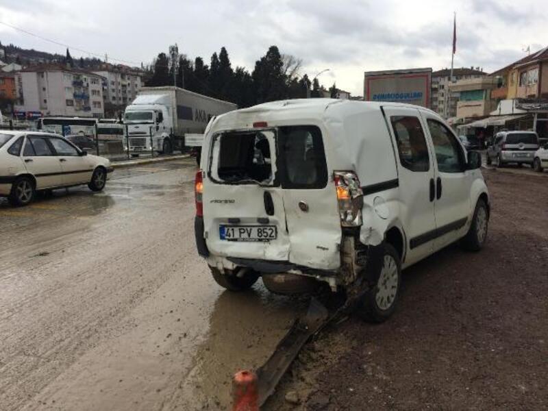 TIR hafif ticari araca çarptı: 3 yaralı