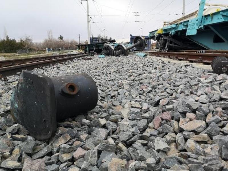 Trenden ayrılan vagonlar, yük trenine çarptı