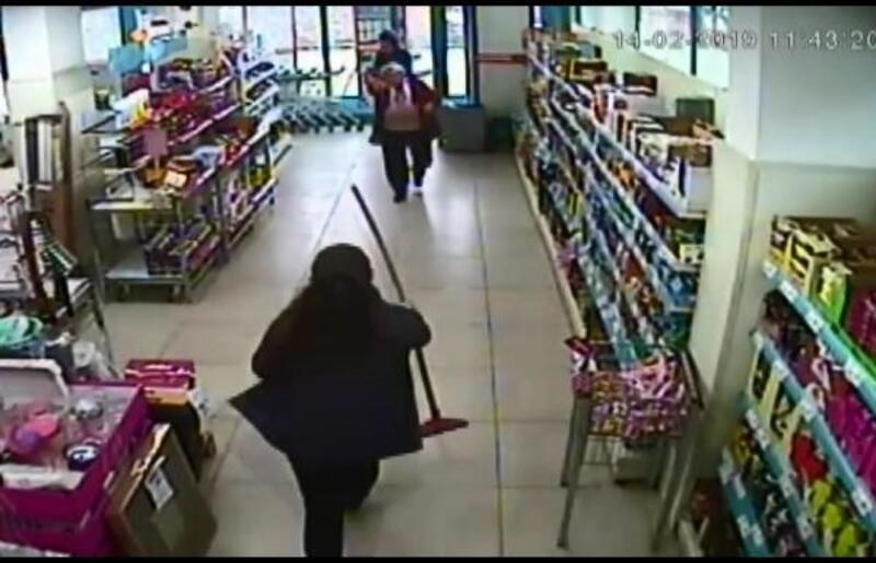 Kadın müşteri, marketteki bıçaklı soyguncuyu çekpasla kaçırdı