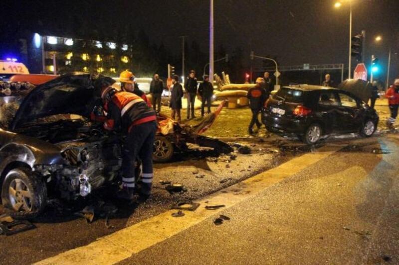 Cip kırmızı ışıkta duran araçlara çarptı: 4 yaralı