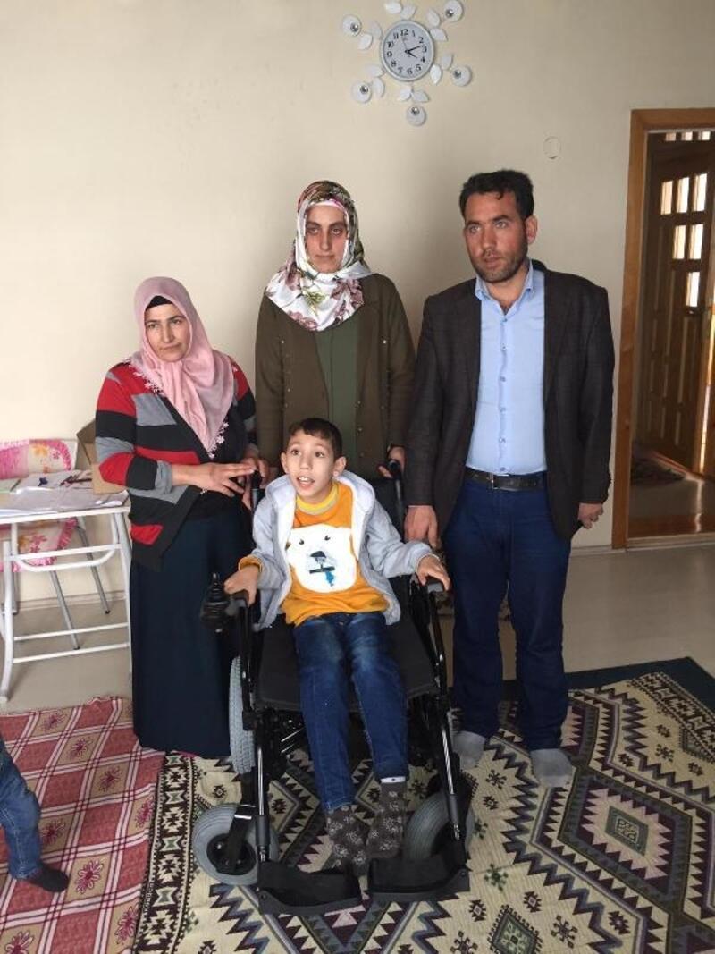 Öğrenciler, harçlıklarıylaEyüp'e akülü sandalye aldı