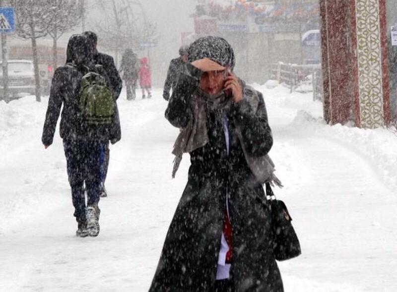 Doğu'da bahar beklenirken kar geldi, okullar tatil edildi, yollar kapandı