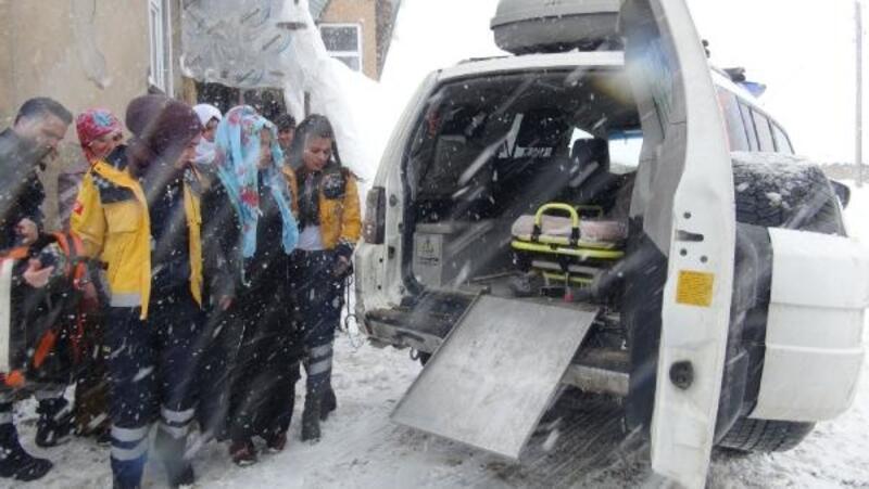 Yüksekova'da karla mücadele ekipleri hamile kadın için seferber oldu
