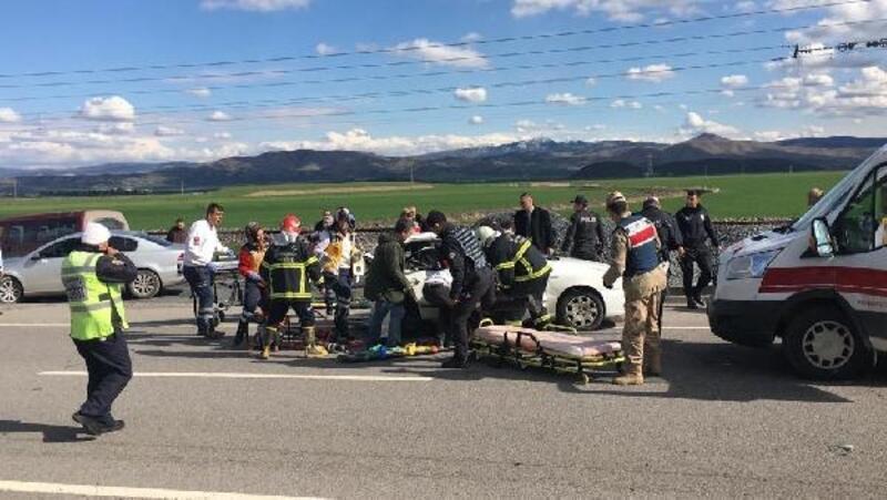 Sürücüsü ehliyetsiz araç otomobile çarptı: 2 ölü, 3 yaralı