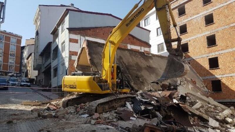 Esenyurt'ta iş makinesinin üzerine yıkımını yaptığı bina çöktü