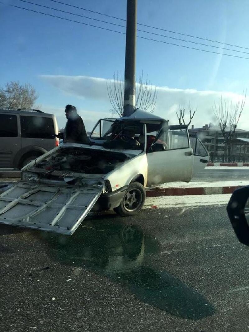 Direğe çarpan otomobil ikiye katlandı