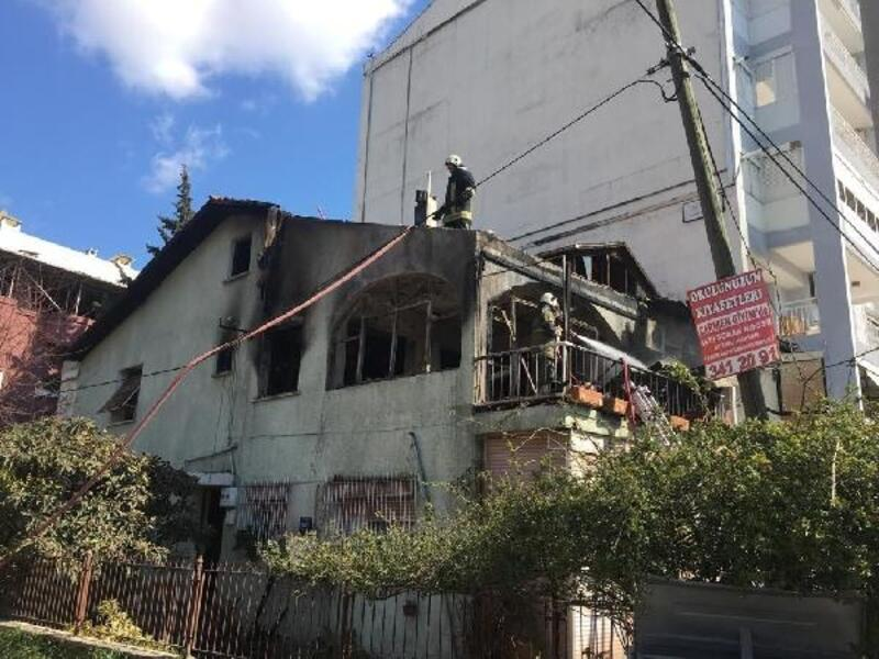 Yangın çıkan evlerinden kedileriyle kurtarıldılar