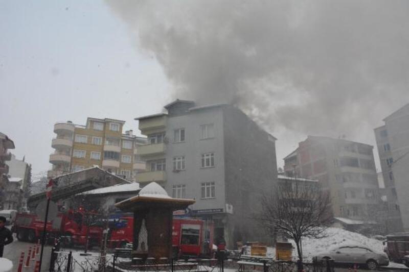 Çatı katında çıkan yangın, itfaiye ekiplerince söndürüldü