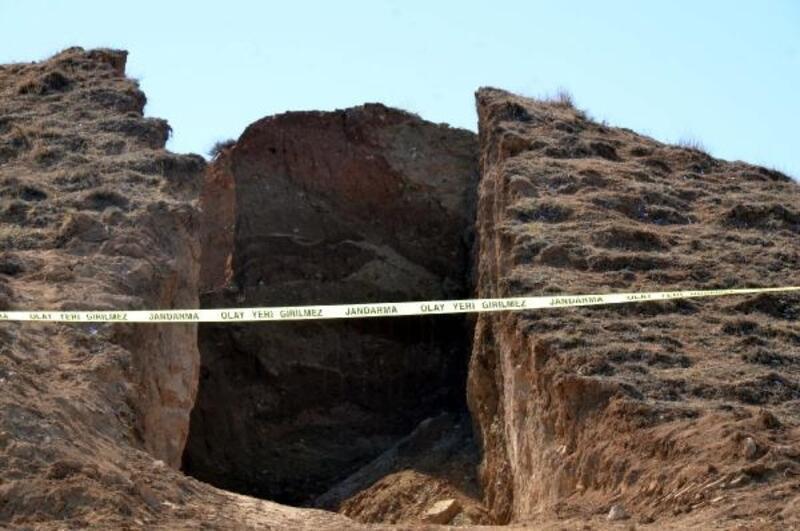 Tepeyi ikiye bölen kaçak kazıda anıt mezar ortaya çıktı