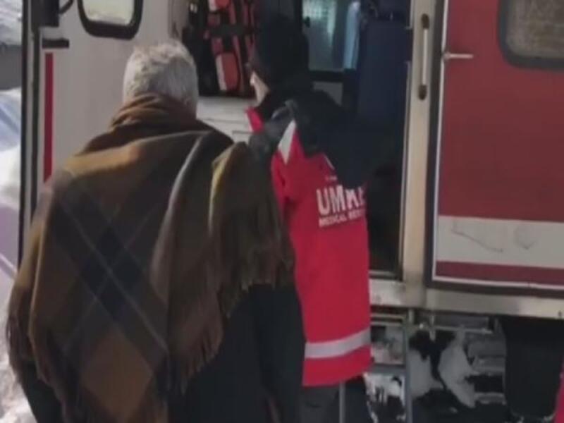 Yolu kardan kapalı köydeki hasta paletli ambulansla alındı