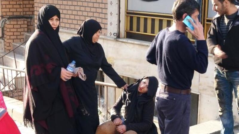 Sultangazi'de otomobilin çarptığı kadının yardımına çevredekiler koştu
