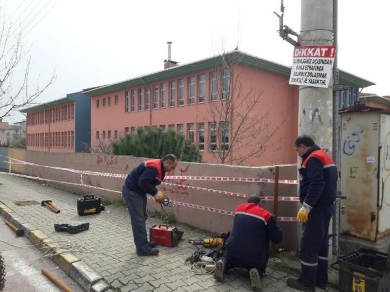 Yıkılma tehlikesi bulanan okul istinat duvarı için çit çekildi