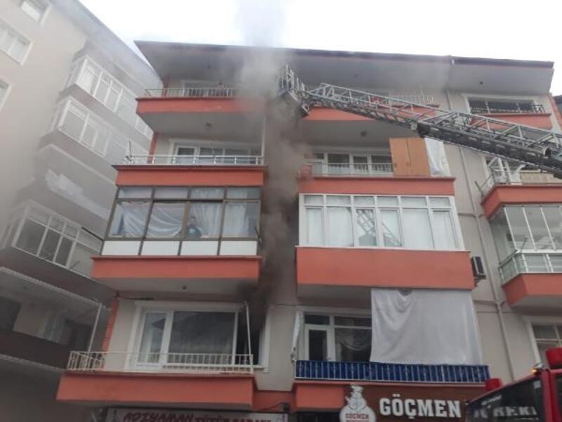 Apartmanın 1'inci katında yangın çıktı: 10 kişi dumandan etkilendi