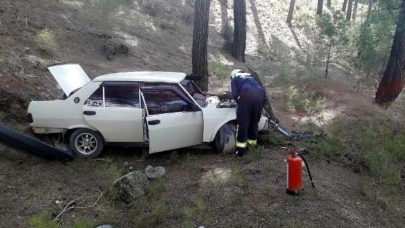 Acıpayam'da ağaca çarpan otomobildeki 2 kişi yaralandı