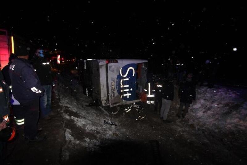 Bayburt'ta yolcu otobüsü devrildi: 2 ölü, 19 yaralı