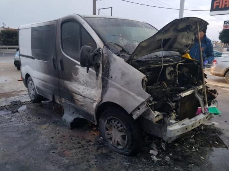 Park halindeki 2 minibüsü benzin döküp yaktı