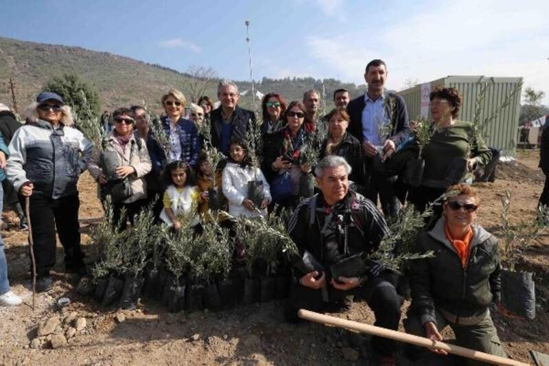 Karşıyaka'da müteahhitler her daire için iki zeytin fidanı bağışladı