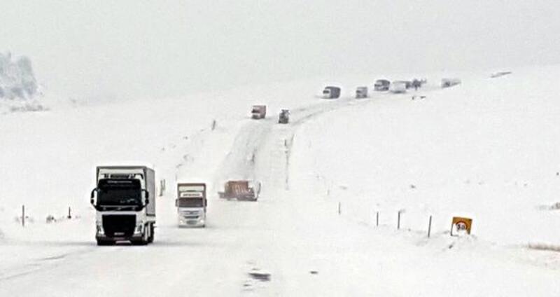 Tendürek Dağı geçidi kardan ulaşıma kapandı, araçlar yolda kaldı