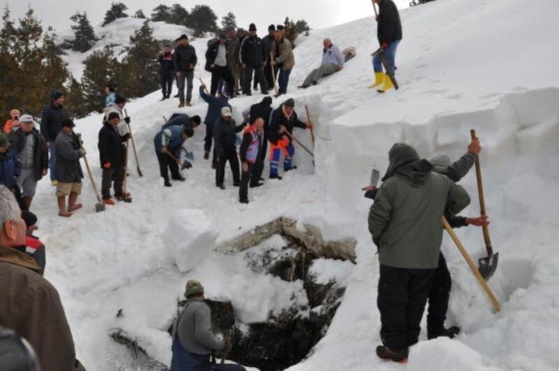 Yaz gününde serinlemek için mağaraya kar depoladılar