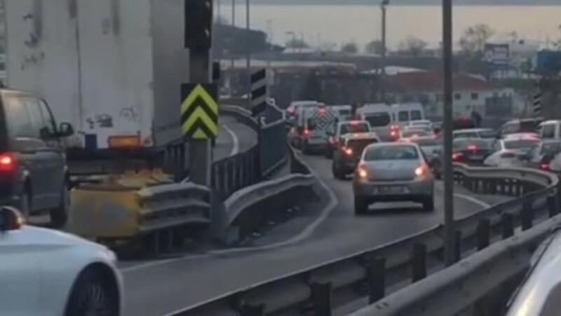 Yoğunluktan kaçmak için trafiği tehlikeye attılar