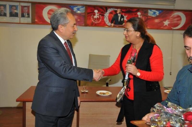 Akşehir Belediye Başkanından kadın çalışanları çiçek hediye etti