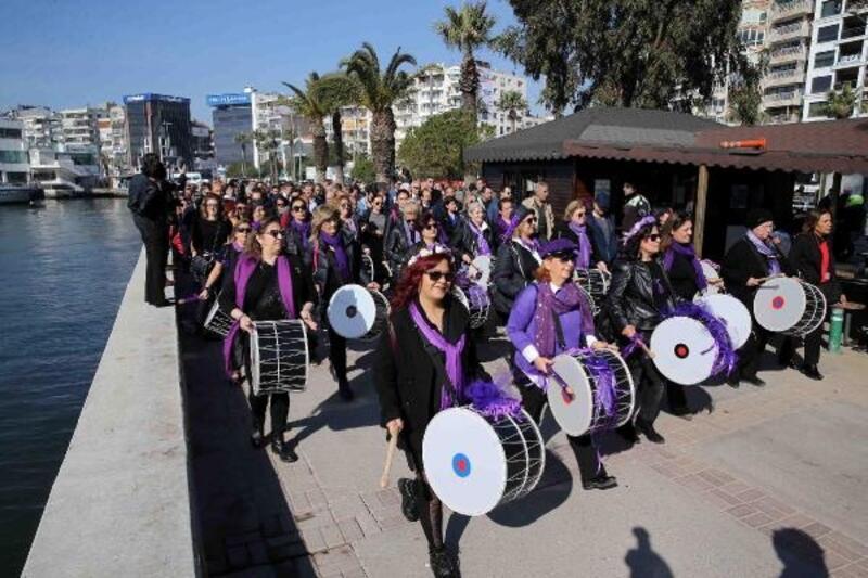 İzmir'de kadınlardan mor yürüyüş