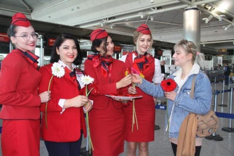 """Atatürk Havalimanı'nda """"8 Mart Dünya Kadınlar Günü"""""""