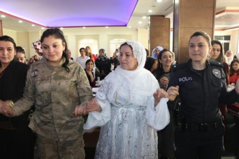 Kadın polis ve askerler, Silopili kadınlarla halay çekti