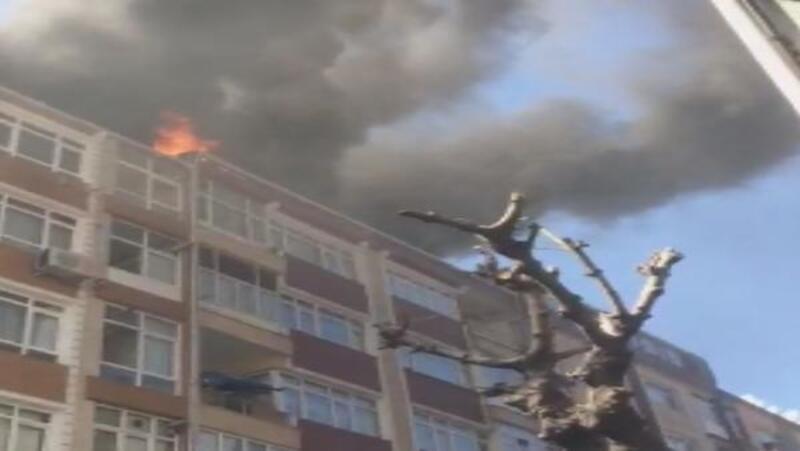 Güngören'de iki binanın çatısı alev alev yanıyor