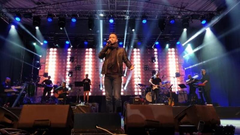Murat Boz Kadirlileri şarkılarıyla coşturdu