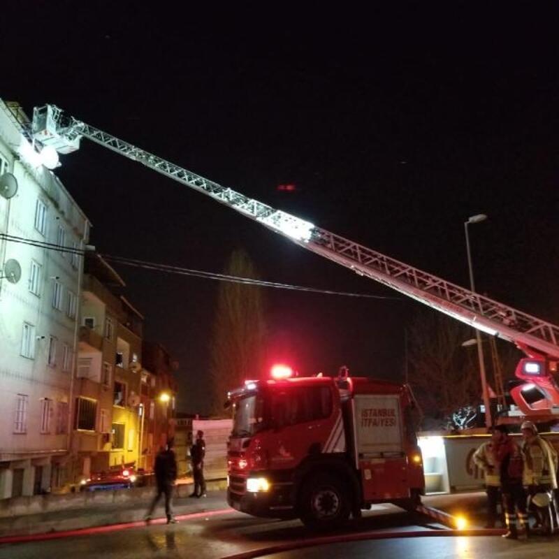 Sultangazi'de çatı yangını