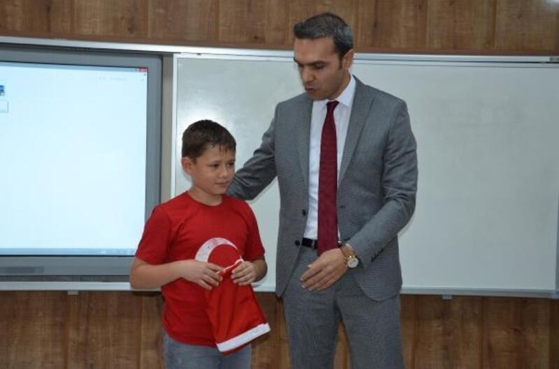 Türk bayrağını öperek alnına götüren Batuhan'a ödül