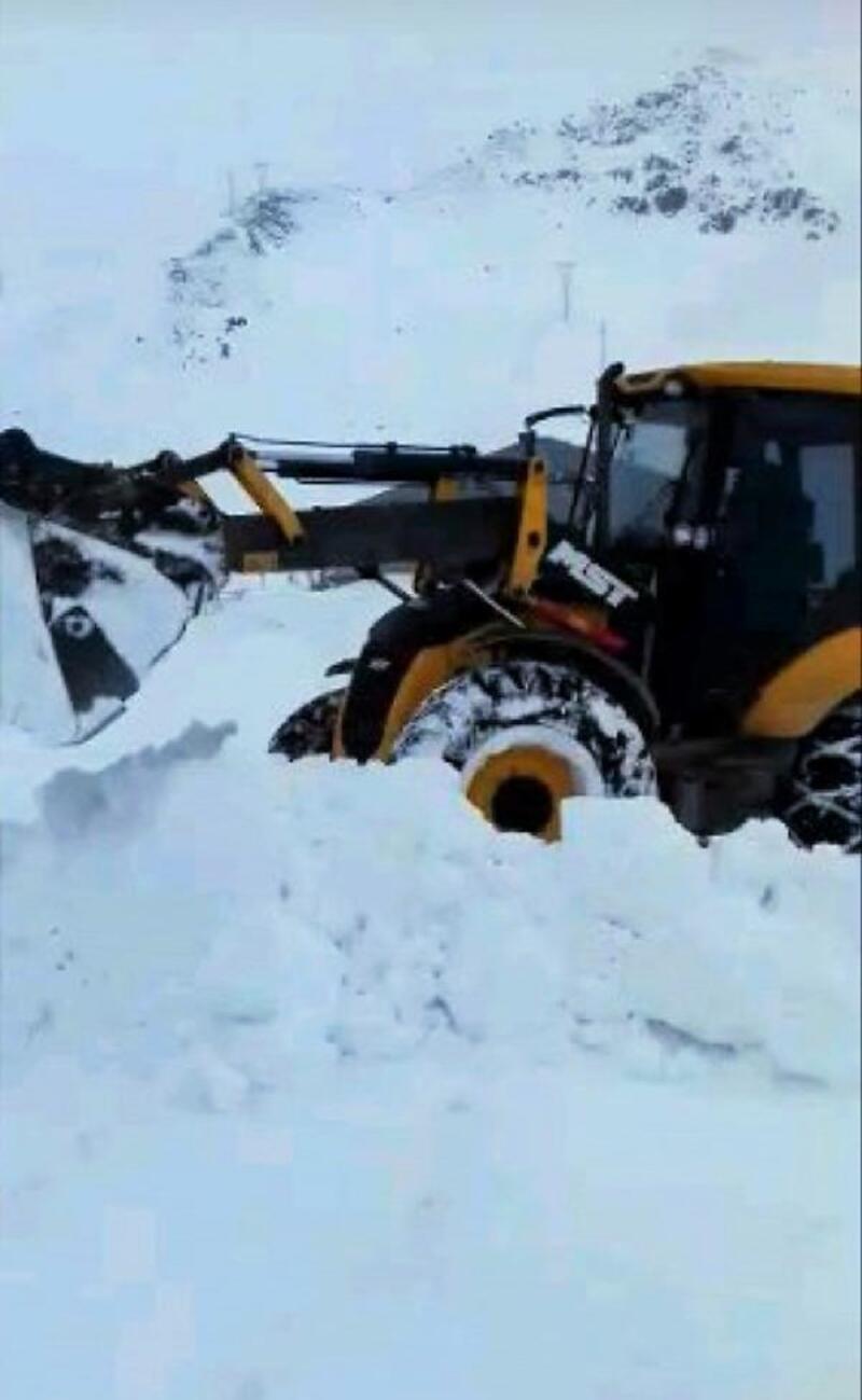 Başkale'de 2 metreyi bulan karla mücadele