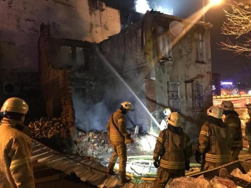 Eyüpsultan'da çatı yanarken arkadaki binada çökme oldu