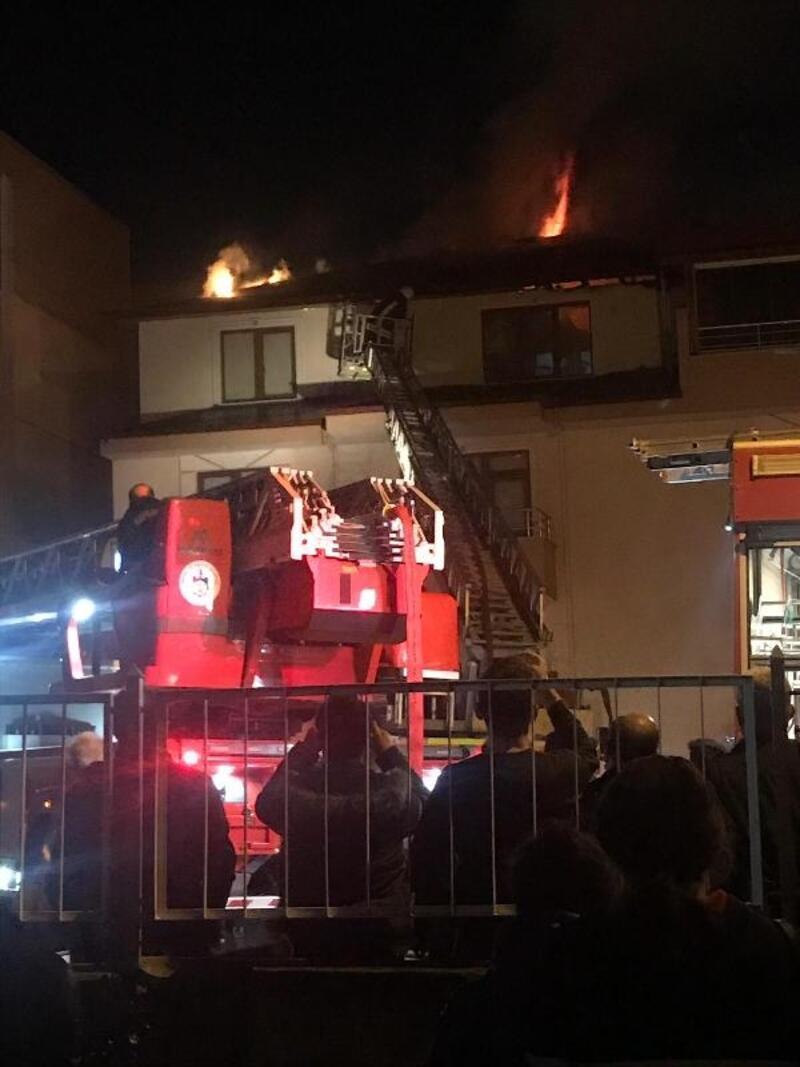 4 katlı binanın çatısında çıkan yangın korkuttu