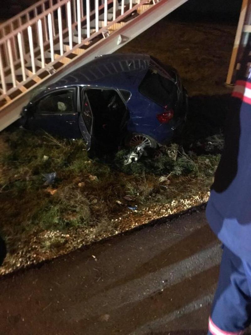 Tekirdağ'da otomobil üst geçit merdivenlerine çarptı: 2 yaralı