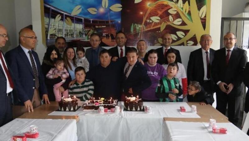 Özel çocuklar için pasta kesildi