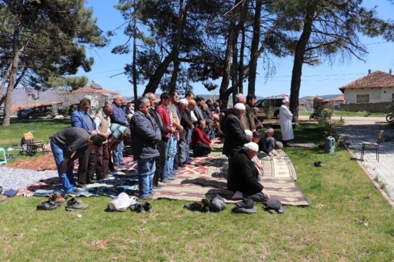 Depremde camisi hasar gören mahallede cuma namazı parkta kılındı