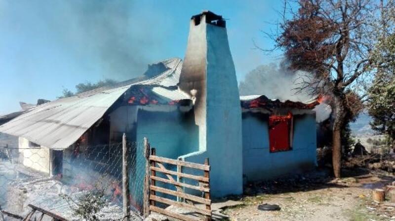 Feke'de yanan ev, küle döndü