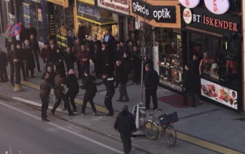 Sivas'ta cadde ortasında silah ve bıçaklı kavga: 6 yaralı