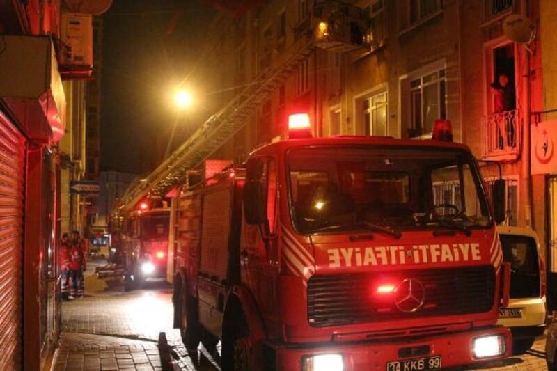 Fatih'te 4 katlı binada yangın paniği