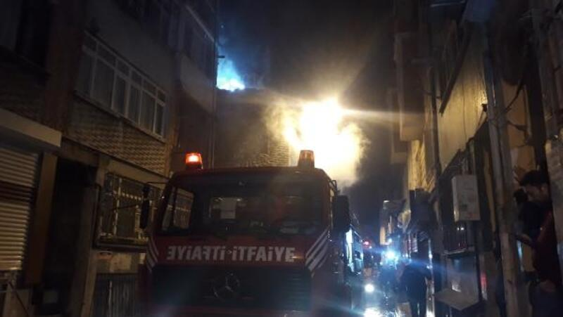 Fatih'te iki gecekondu alev alev yandı