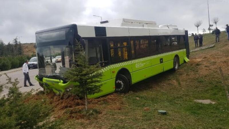 Freni boşalan halk otobüsü, bahçeye girdi